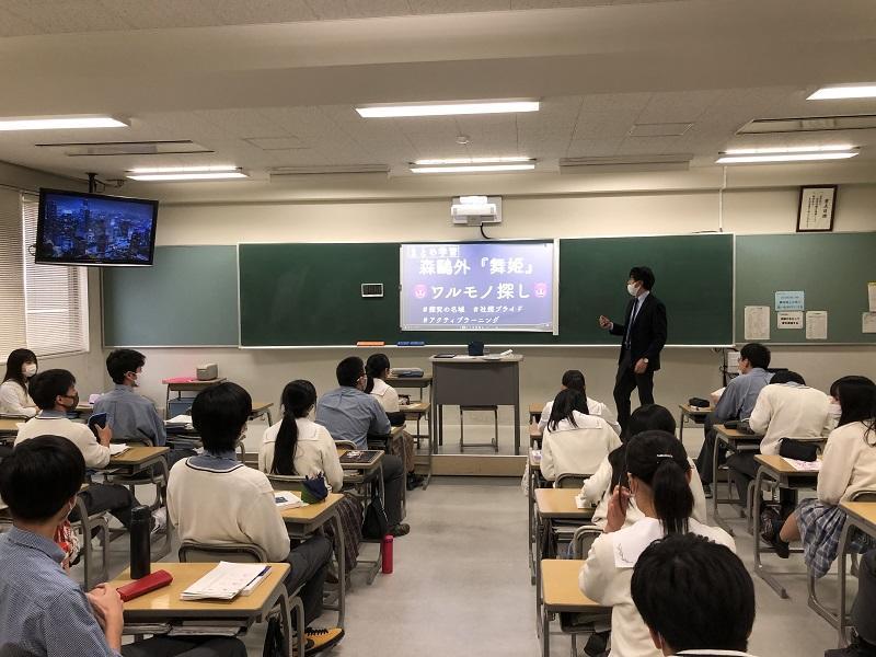 岡田教諭による「現代文B」の授業の様子です。授業者は、以前からプレゼンテーションソフトを利用した授業を行っており、iPadとAppleTVを効果的に利用している教員の1人です。非常勤講師や新任教諭の研修の場にもなっています。
