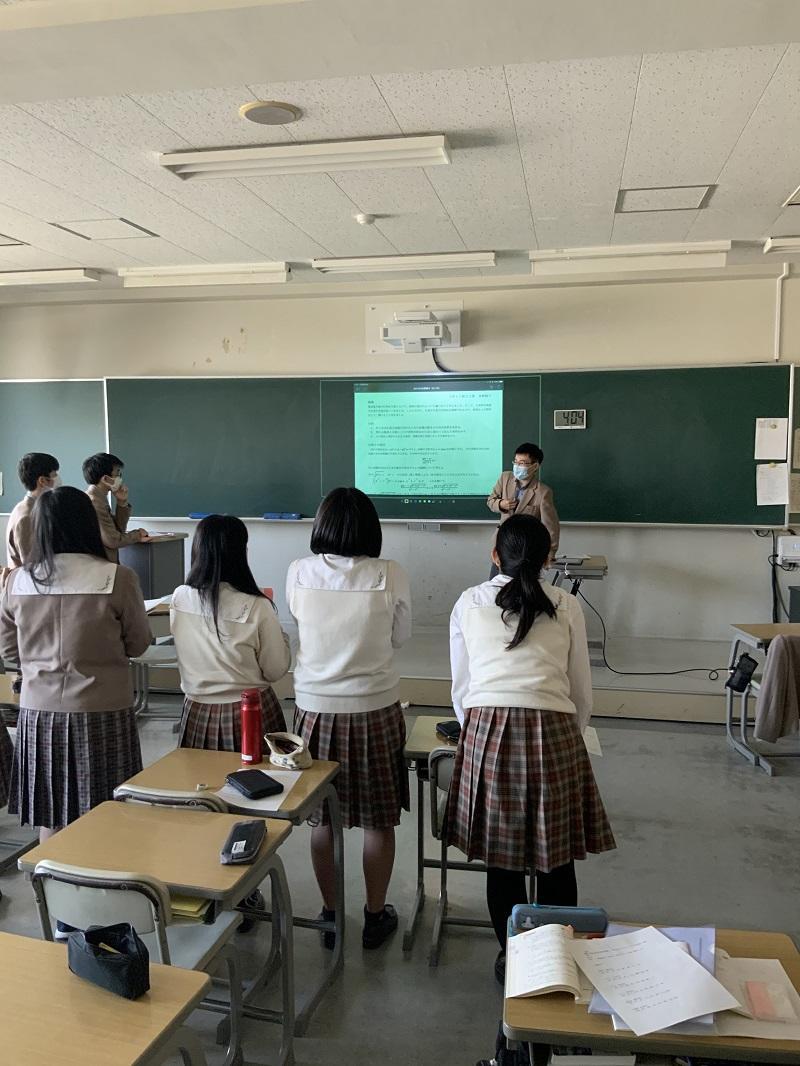 この写真は、ポスター発表の形式をとったプレゼンテーションです。AppleTVがこの教室にはないため、コードの届く範囲で発表しています。