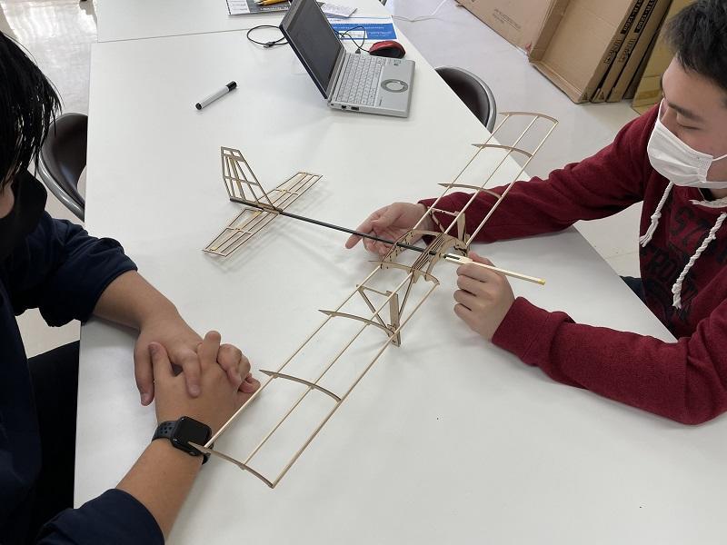 (写真①)新型機の試作モデルを前に今後の計画を練る様子