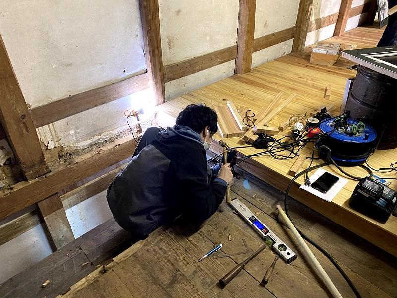 蔵と1階と地下を接続する階段を制作中