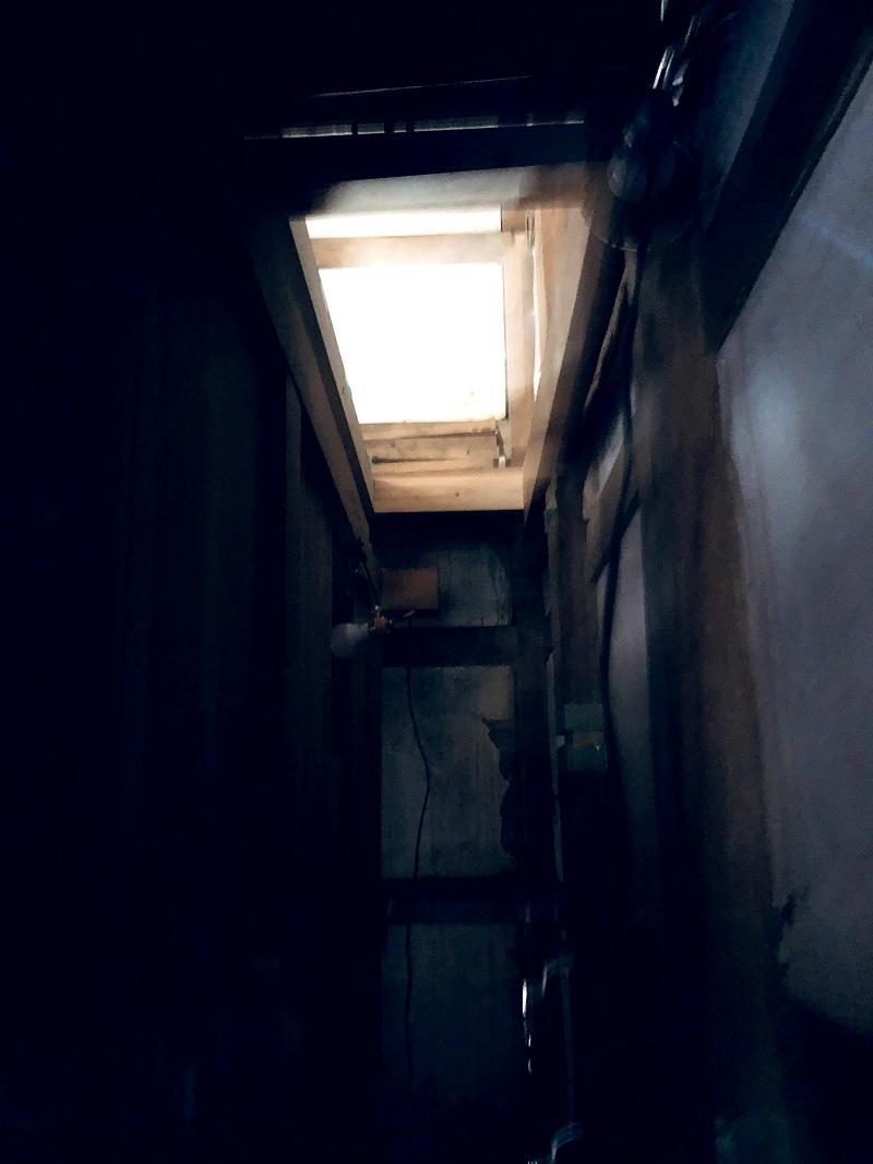 地下から見上げる1階の光