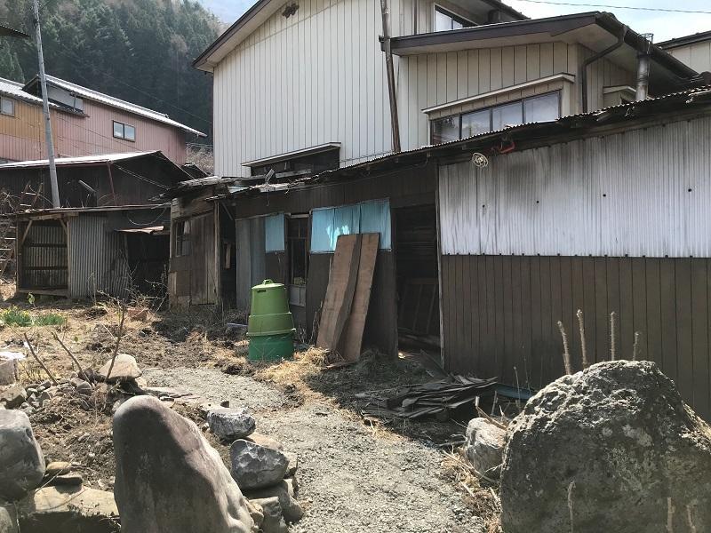 再生する小屋兼塀の様子(外から)
