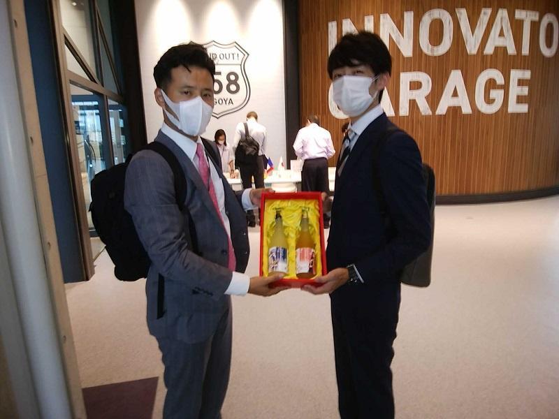 コーディネータの宮田氏に商品サンプルを渡し、PRの代理をお願いしているところ