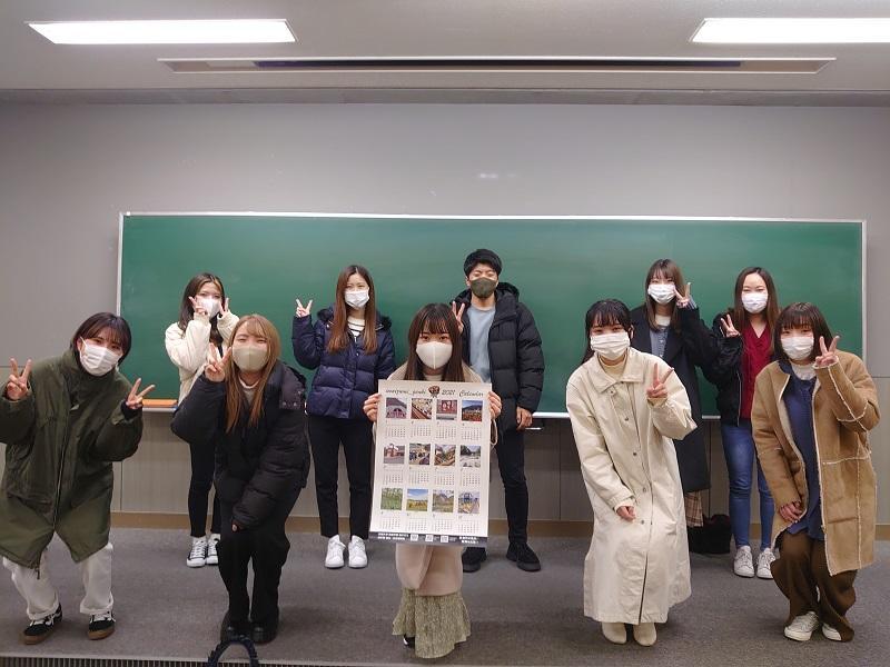 完成したカレンダーと活動に参加した学生(一部)