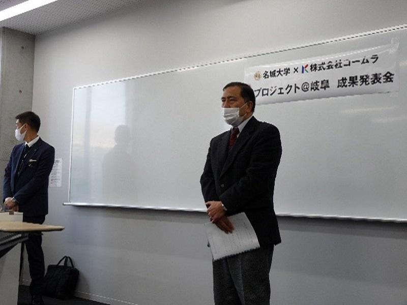 コームラの横山氏が司会を行い、雑賀が挨拶している様子