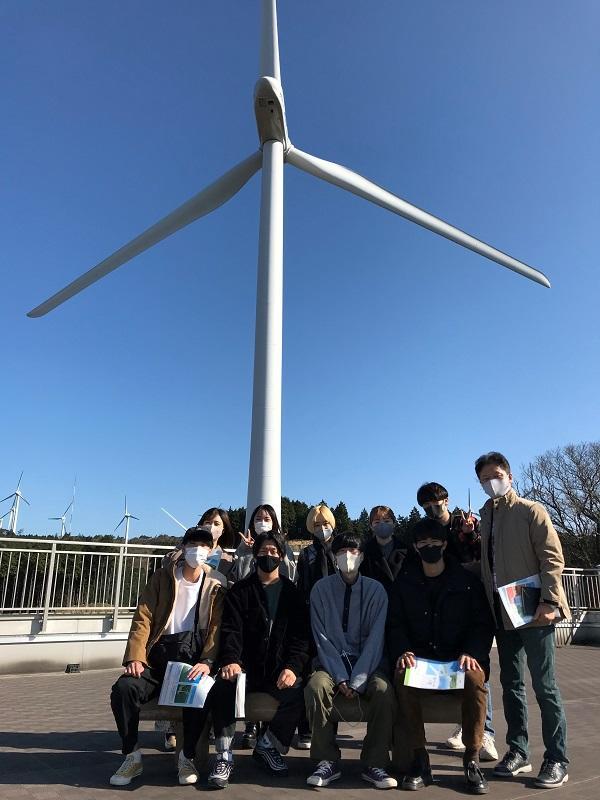 李ゼミを中心とした経済学部生達と青山高原風力発電所の前で①