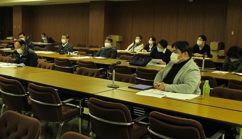 数理・データサイエンス教育検討会のメンバーのうち、村瀬、堀田、 大原、山田、山崎の先生方にワーキンググループに入っていただき、 協議員、学部長が加わり、各学科からの関連科目について議論検討した。
