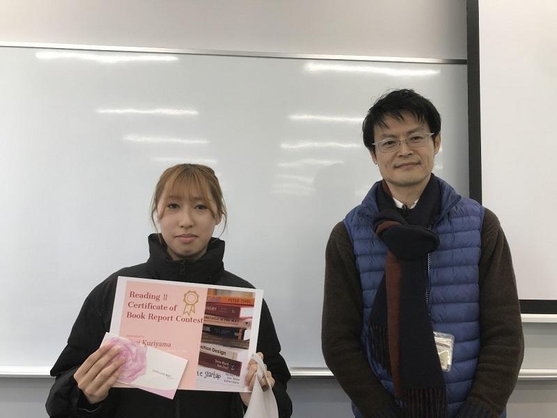 賞状を手にする栗山さんと担当の柳沢先生