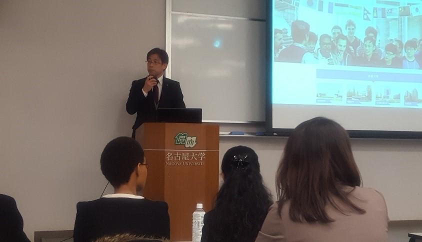 2018年3月15日名古屋大学豊田講堂にて開催された愛岐留学生就職促進コンソーシアム学生報告会で挨拶する犬飼事務部長(当時)