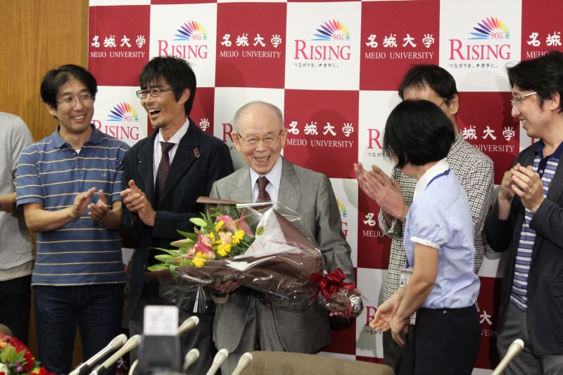Dr. Akasaki being congratulated by his research staff at a press conference on October 7
