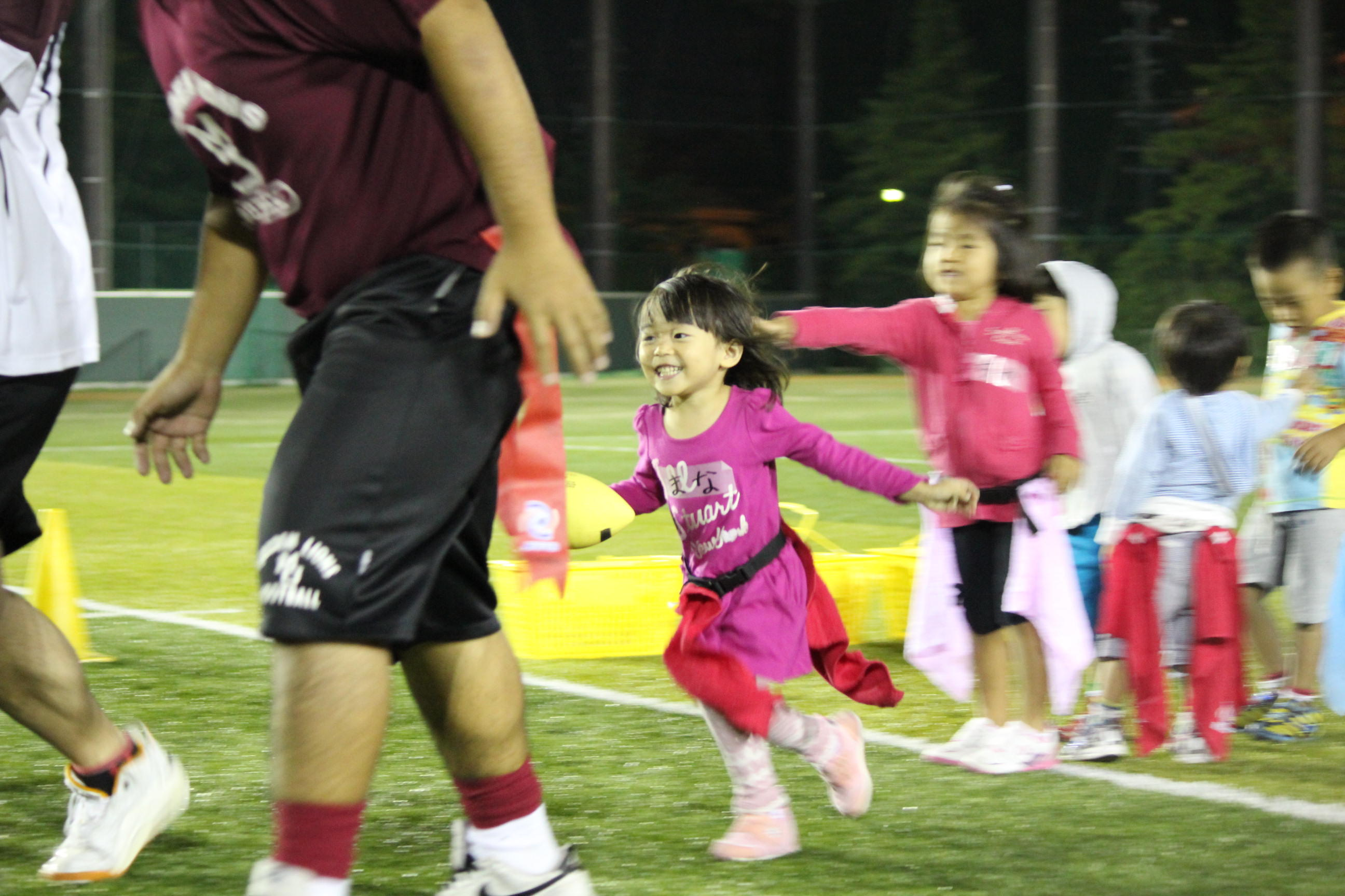 「フラッグフットボール教室」で楽しむ子どもたち