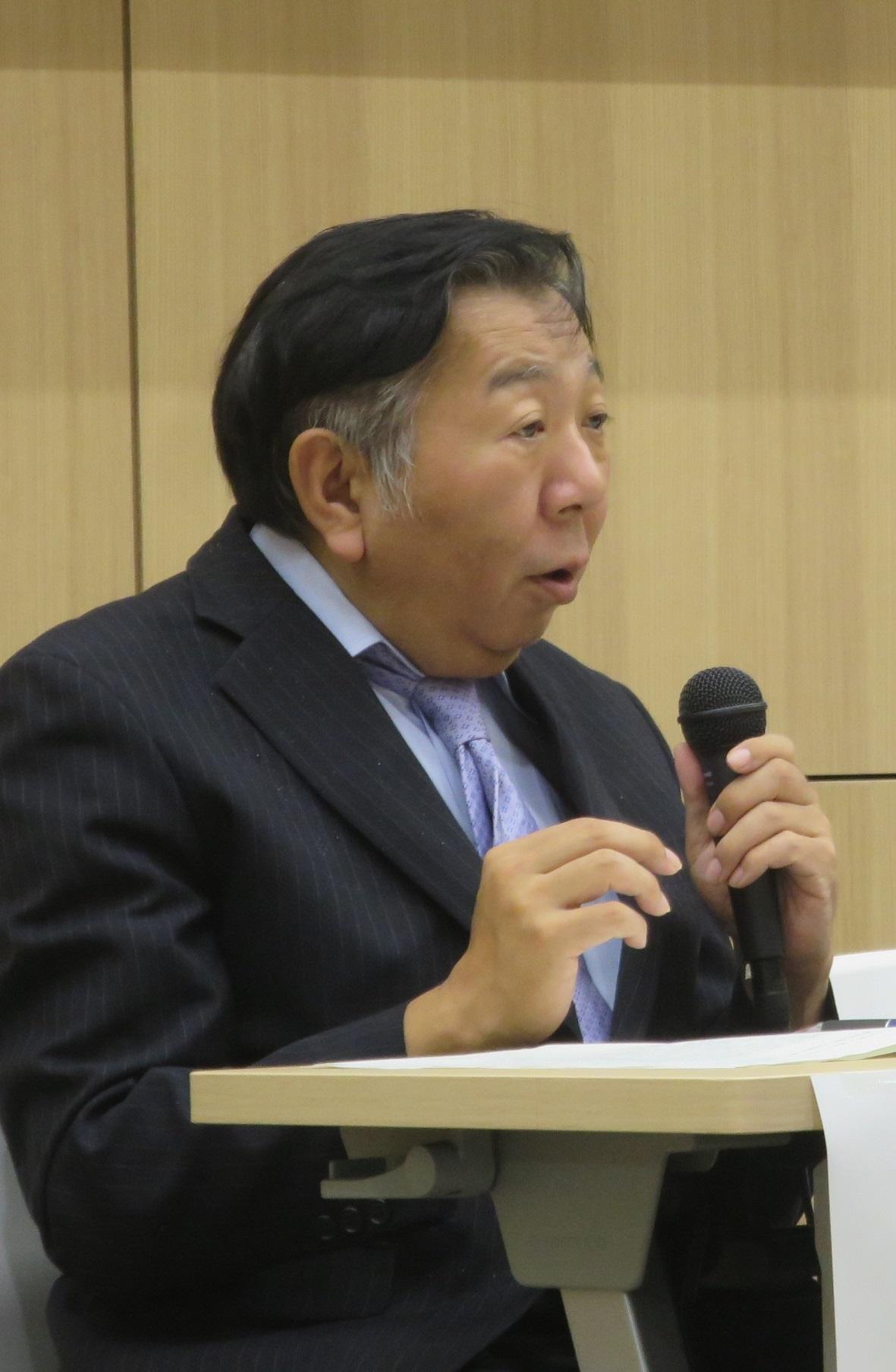 2018年10月11日にナゴヤドーム前キャンパスで開かれた国際シンポジウムで話す白石仁章氏