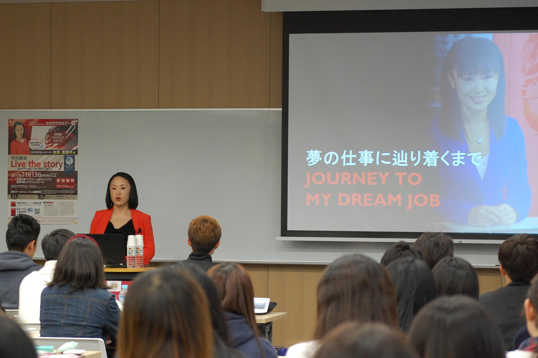 大井さん(奥左)の講演を聞く学生ら=ナゴヤドーム前キャンパスで