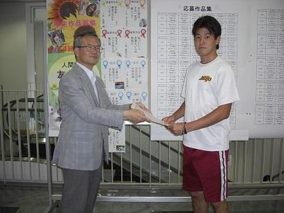 船田学部長(左)から表彰される名倉さん