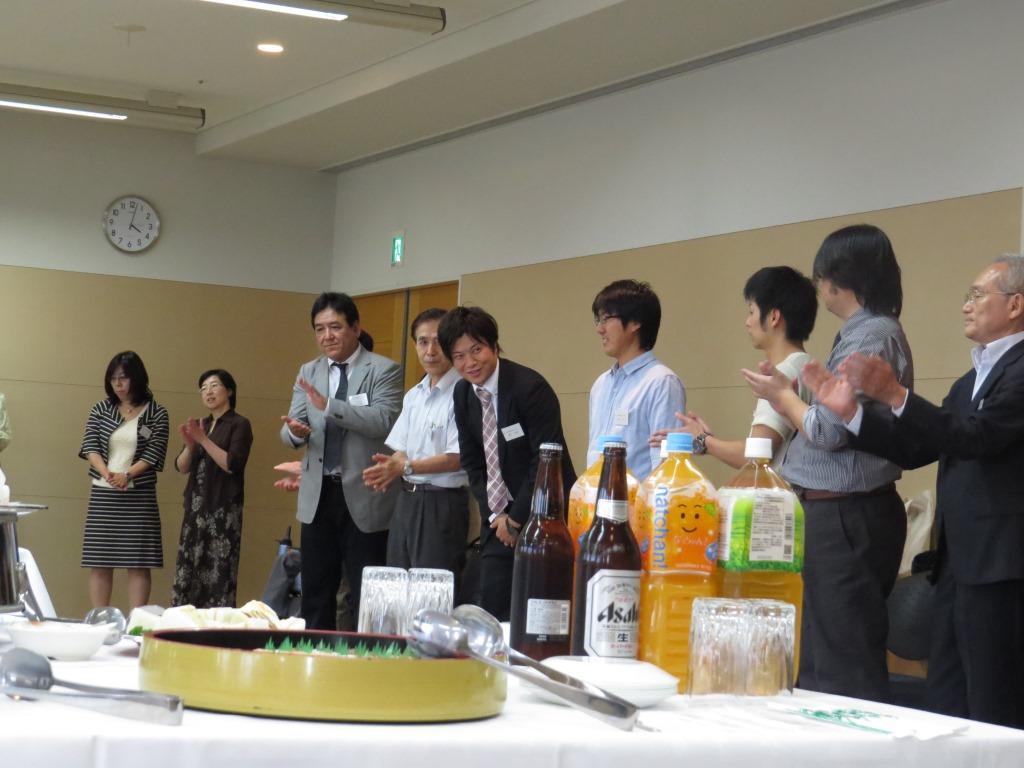 同窓会設立総会後、多くの修了生を囲んでの懇親会が行われました。