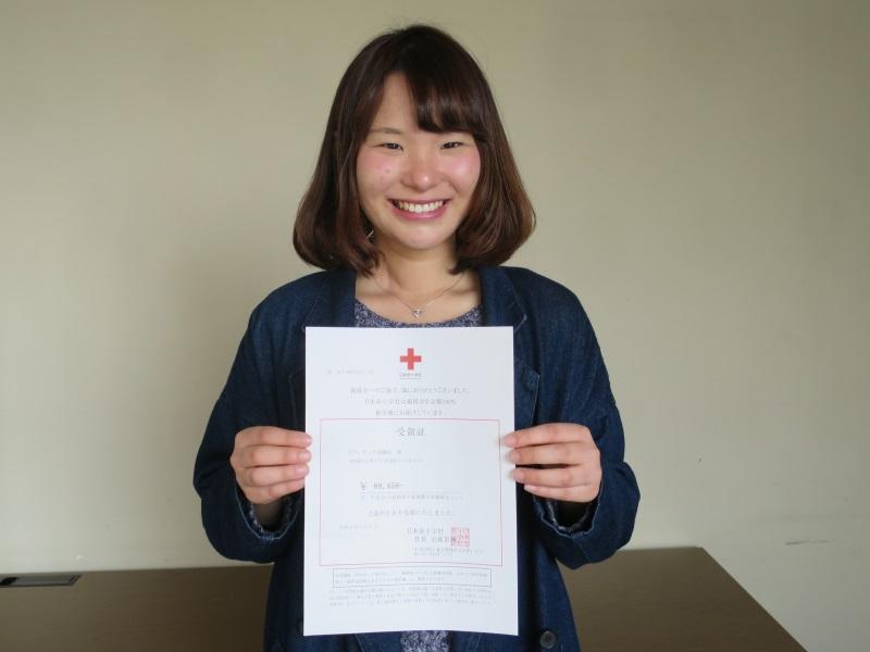 日本赤十字社の受領証を手にする坪井さん