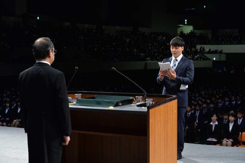 吉久学長に対して新入生宣誓をする川尻さん