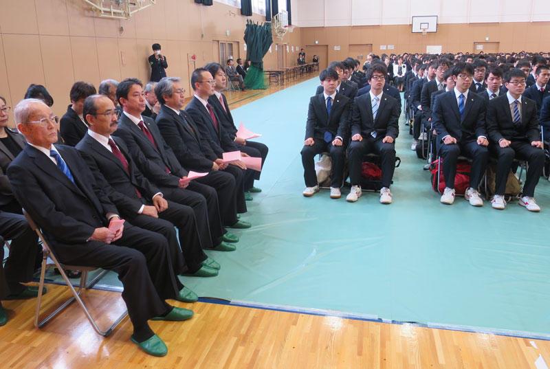 入学式に臨む小笠原日出男理事長ら(左側)と新入生(右側)