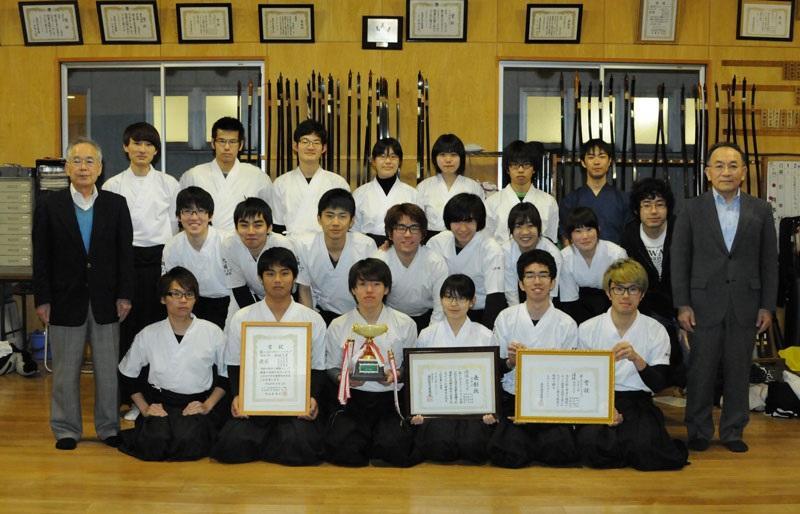 団体優勝を喜ぶ弓道部員(左端は伊藤師範)=天白キャンパスの弓道場で