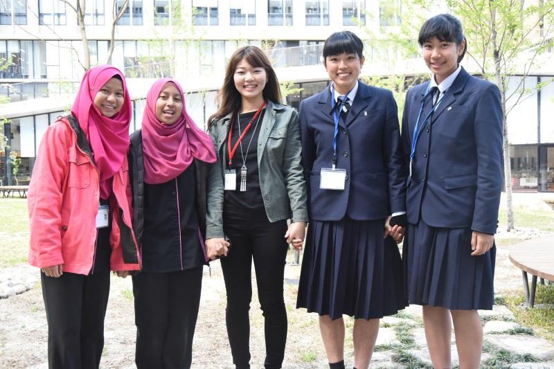 両校の参加者と加藤さん(中央)