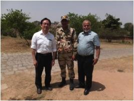 パンジャブ大学化学科の前学科長のBachin教授と警備兵との記念写真