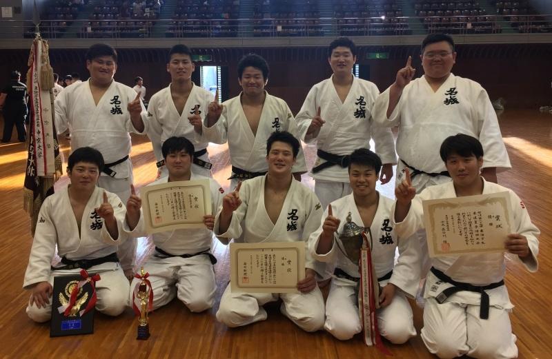 一本指で優勝を示す男子チーム =愛知県武道館で