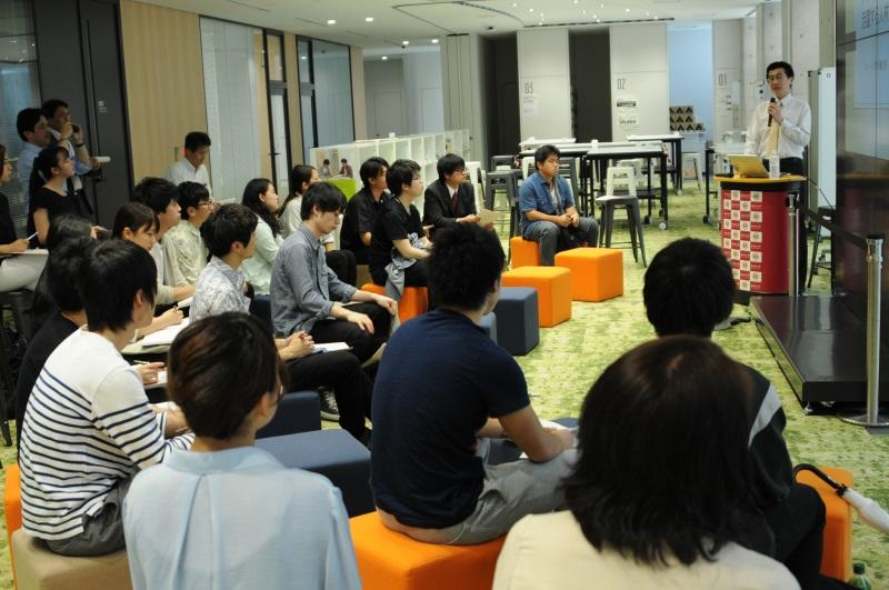 徳永さん(右端)の講演を聞く学生ら=ナゴヤドーム前キャンパスで