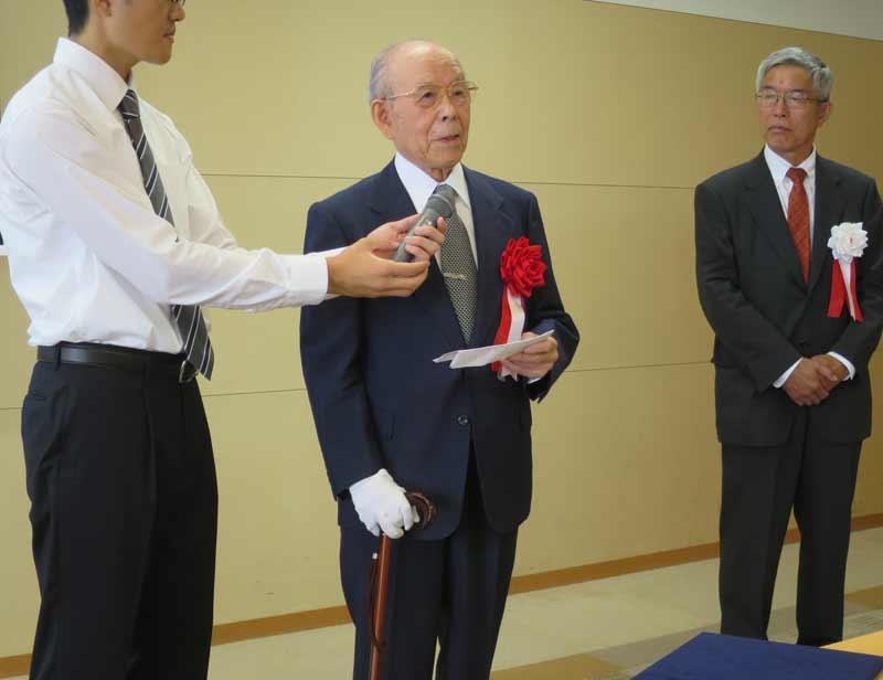 謝辞を述べる赤﨑勇終身教授(中)と、中西洋一郎委員長(右)=天白キャンパスのタワー75で