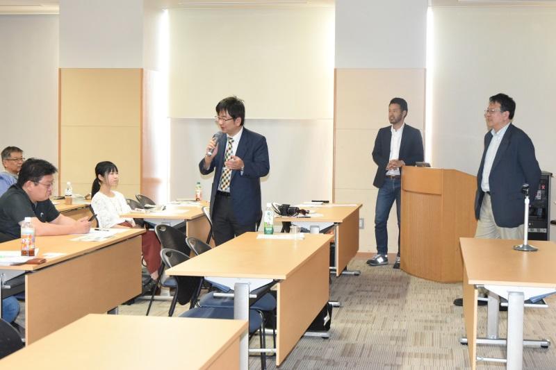 質問に答える加藤教授(左)と曲田教授(右)。中央は国際日本酒普及連盟の宮田久司代表理事
