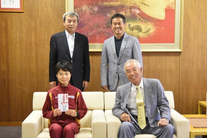 (前列左から)赤坂さんと佐茂会長、(後列左から)加鳥裕明女子駅伝部部長(理工学部教授)と米田監督