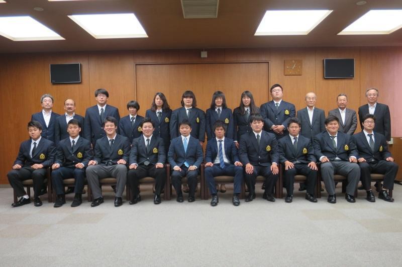 全日本大会出場を報告した柔道部=天白キャンパス本部棟で