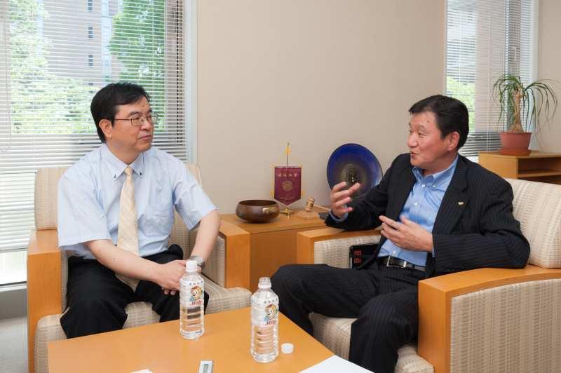 和やかに対談する青木氏(右)と近藤学部長