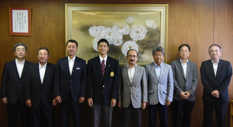 記念写真に納まる栗林投手(左から4人目)
