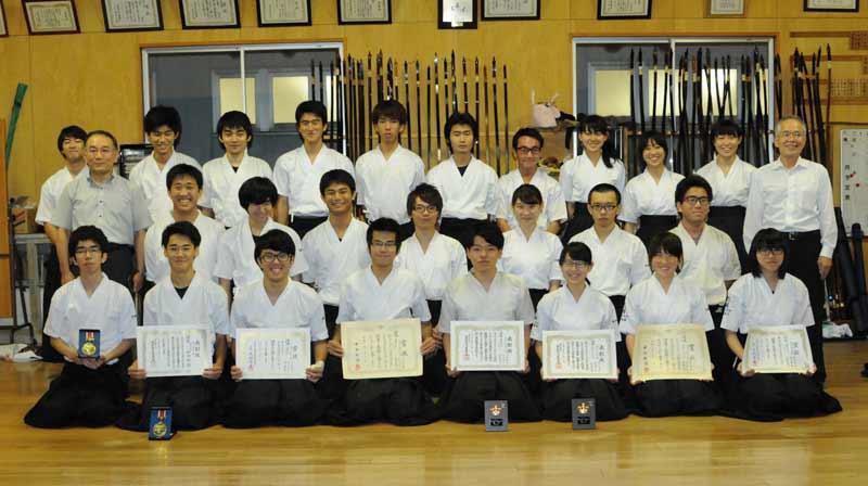 優勝を喜ぶ弓道部員(右端は伊藤知男師範、左端は原田守博部長)=本学弓道場で