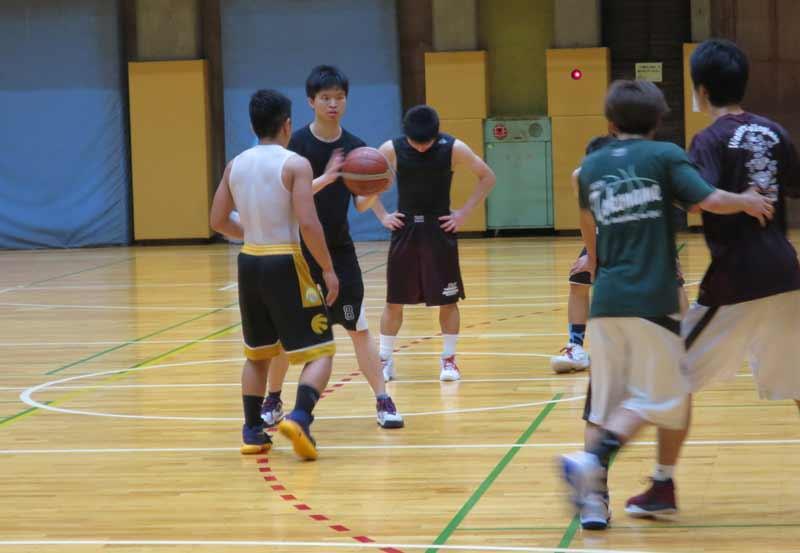 部員に溶け込んで練習する曽さん(左から2人目)