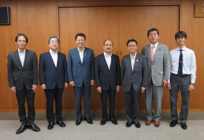 記念写真に納まる(右から)竹内教授、神田氏、丹羽氏、吉久学長、池田氏、磯前秀二副学長、上山教授