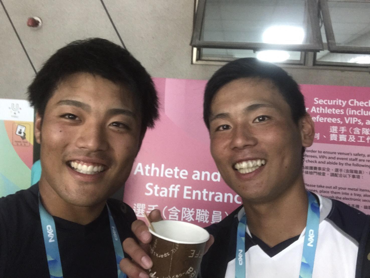 アメリカ戦登板後の栗林投手(右)と日本体育大学の松本航投手(写真は本人より提供)