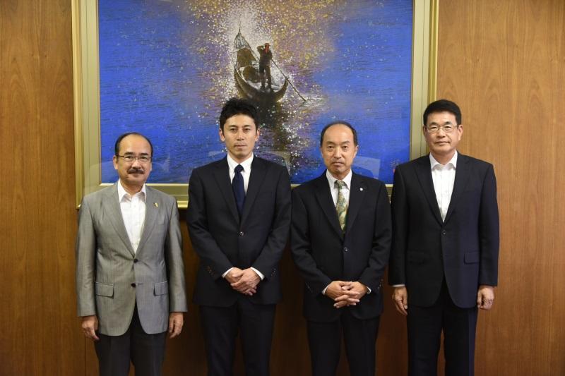 (左から)吉久学長、高田さん、小林さん、日比野研究科長