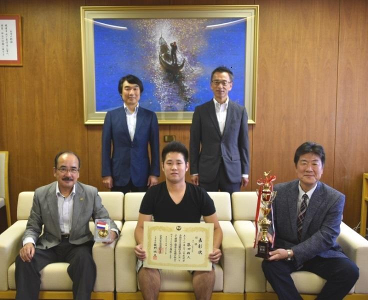 記念写真に納まる藤田さん(前列中央)