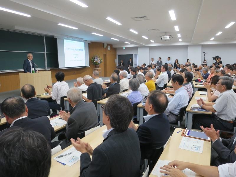 満員の聴衆の前で講演を始める吉野彰教授