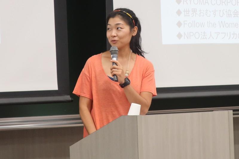 講演する山田さん