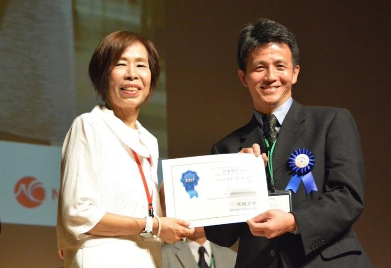 表彰状を手にする岡本部長(右)
