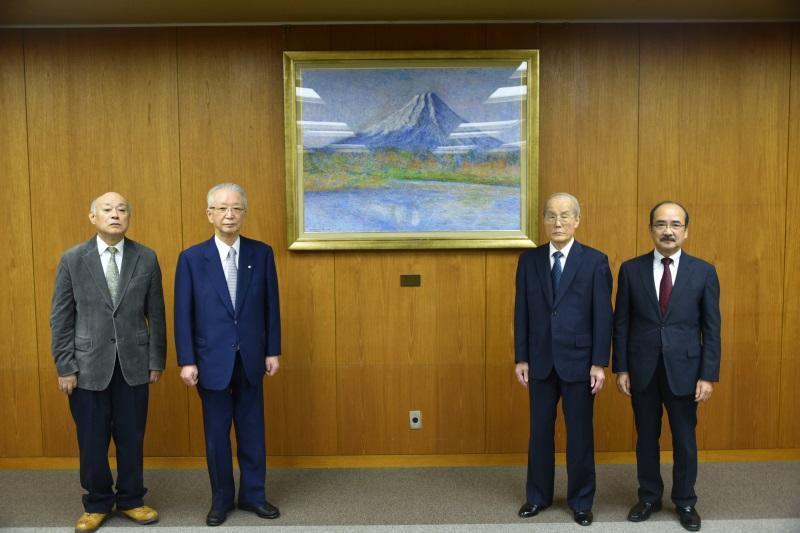 大学へ寄贈された「富士山」と、左から2人目が一柳さん、左端が田村さん