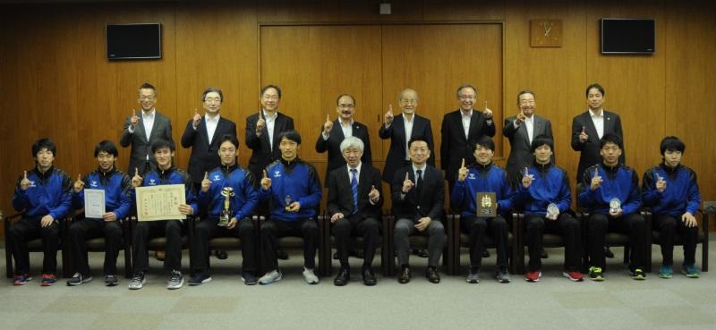 東海学生秋季リーグ戦で優勝したハンドボール部=天白キャンパス本部棟で