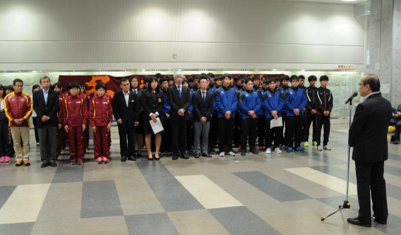 吉久光一学長(右端)の激励を受ける選手たち