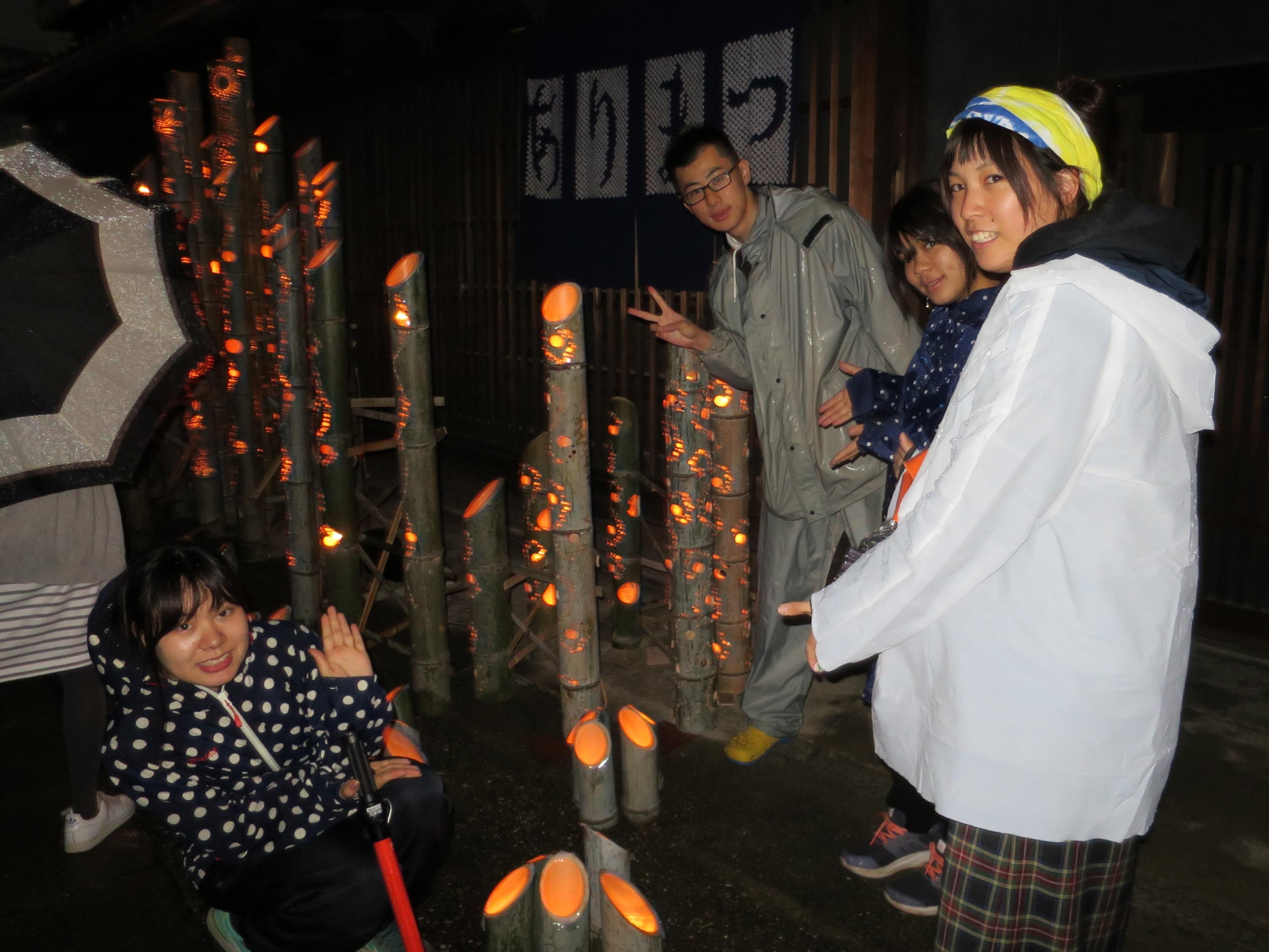 高低をつけて立てられた竹の明かりとY-LABのメンバー
