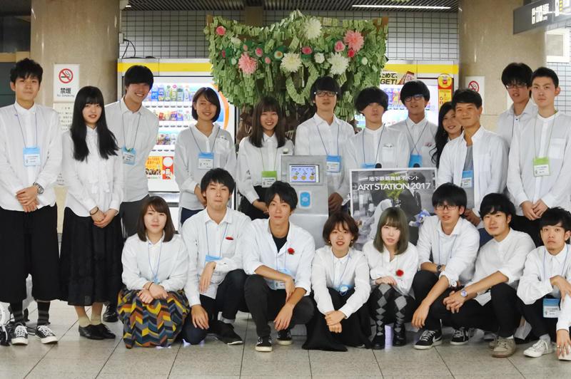 アートイベントの中心となった三浦研究室の学生ら