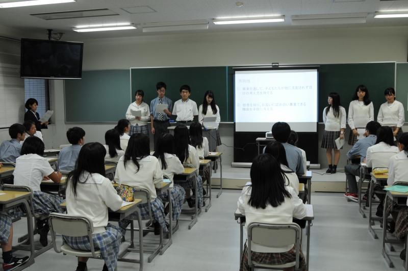 7人で取り組んだ提案を発表する生徒たち