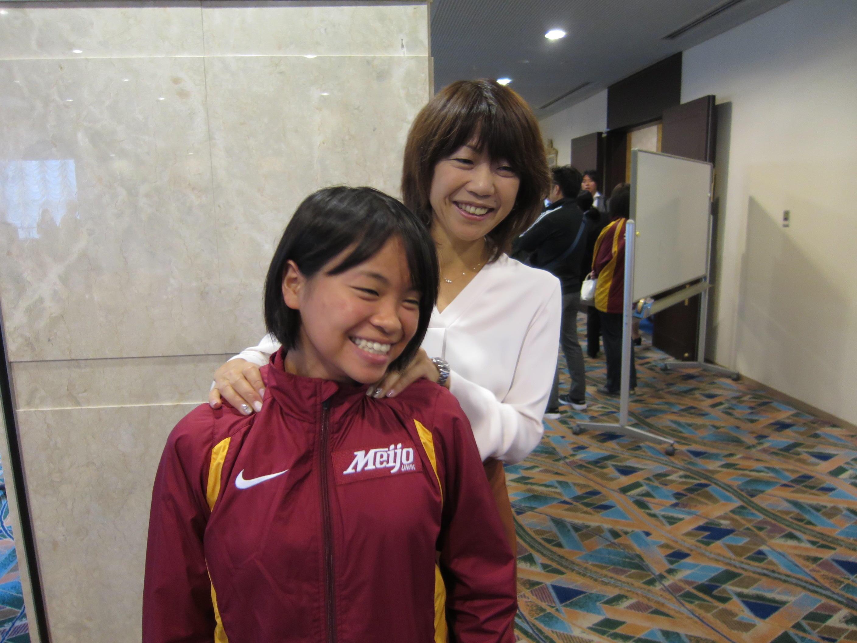 高橋尚子さん(右)から肩をもんでもらう加世田さん