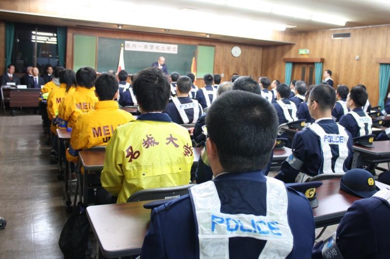 大学名の入ったジャンパーを着て出発式に参加したボランティア協議会メンバー
